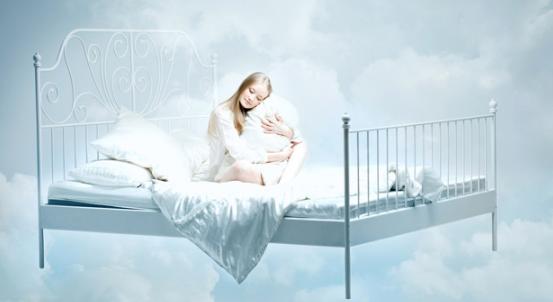 Сон человека на кровати