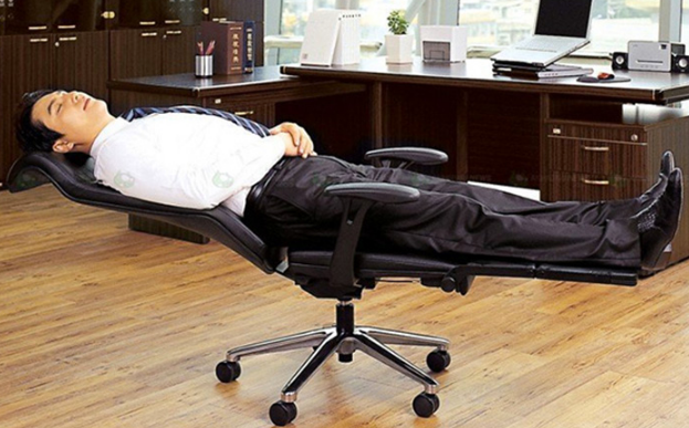 Лежа в офисном кресле
