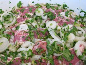 Как замариновать шашлык вкусно в луке с зеленью