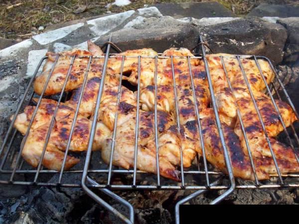 Как замариновать шашлык вкусно в луке - куриный шашлык